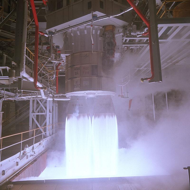 Động cơ tên lửa đẩy RD-180 của Nga trong một lần phóng thử tại trung tâm Bay Không gian Marshall của NASA (Mỹ). Ảnh: WIKIPEDIA