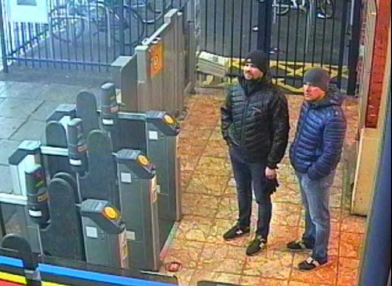 Hai nghi can nam giới người Nga tại một trạm xe lửa ở Salisbury ngày 3-3. Ảnh: AP