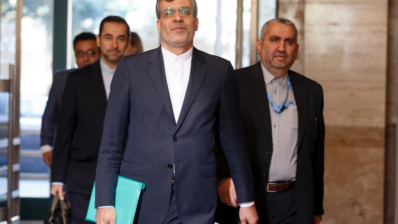 Thứ trưởng Ngoại giao Iran Hossein Jaber Ansari (giữa) trên đường đến cuộc gặp với các đại diện Nga và Thổ Nhĩ Kỳ cùng Đặc phái viên LHQ về Syria Staffan de Mistura, tại trụ sở LHQ ở Geneva (Thụy Sĩ) ngày 11-9. Ảnh: AP