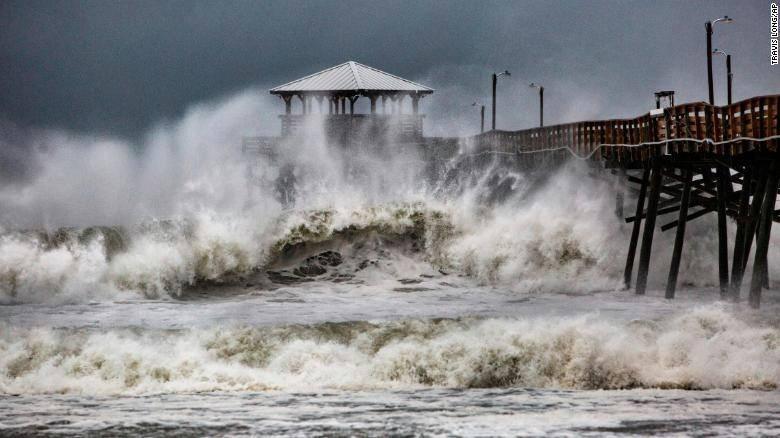 Các đợt sóng to tại đảo Atlantic Beach, bang North Carolina ngày 13-9. Ảnh: AP