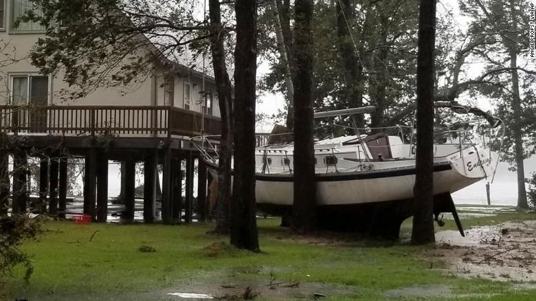Thuyền được neo giữa cây để tránh bão ở TP Oriental, bang North Carolina (Mỹ) ngày 14-9. Ảnh: CNN