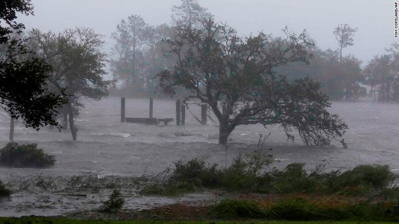 TP Swansboro, bang North Carolina (Mỹ) hứng gió mạnh và lụt lội từ bão Florence ngày 14-9. Ảnh: CNN