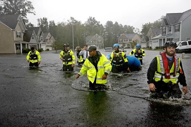 Lực lượng cứu hộ ở TP Fayetteville, bang North Carolina (Mỹ). Ảnh: AP