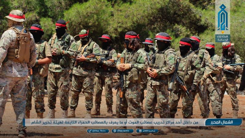 Các tay súng tổ chức cực đoan Hay'at Tahrir al-Sham liên quan Al-Qaeda trong một buổi huấn luyện tại tỉnh Idlib (Syria). Ảnh do Ibaa News Network - cơ quan truyền thông của Al-Qaeda cung cấp cho AP ngày 20-8