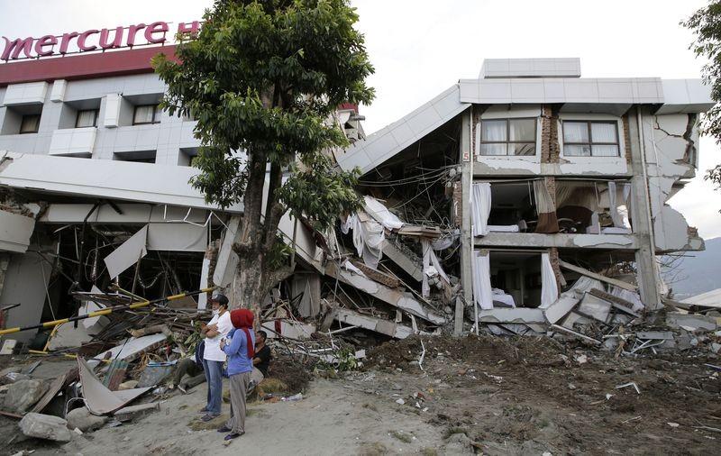 Vẫn còn người bị chôn dưới khách sạn Mercure đổ nát. Ảnh: AAP