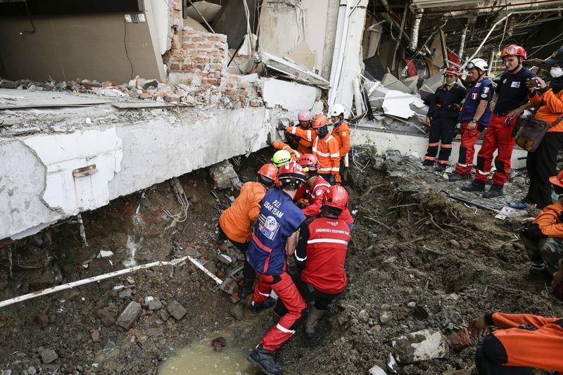 Công tác cứu hộ tìm người sống sót giờ chủ yếu chuyển sang thu thập người chết. Ảnh: AAP