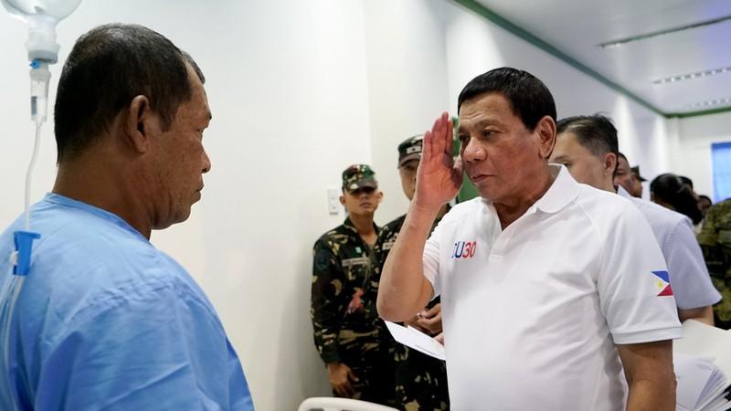 Tổng thống Philippines Rodrigo Duterte (phải) đang chờ kết quả xét nghiệm ung thư. Ảnh: REUTERS