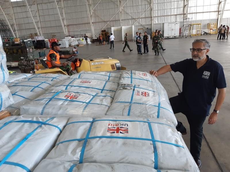Đại sứ Anh tại Indonedia Moazzam Malik đến kiểm tra hàng cứu trợ chuẩn bị mang đến cho người dân vùng thảm họa, tại sân bay Sepinggan ở TP Balikpapan, tỉnh Kalimantan Timur (Indonesia) ngày 5-10. Ảnh: JAKARTA POST