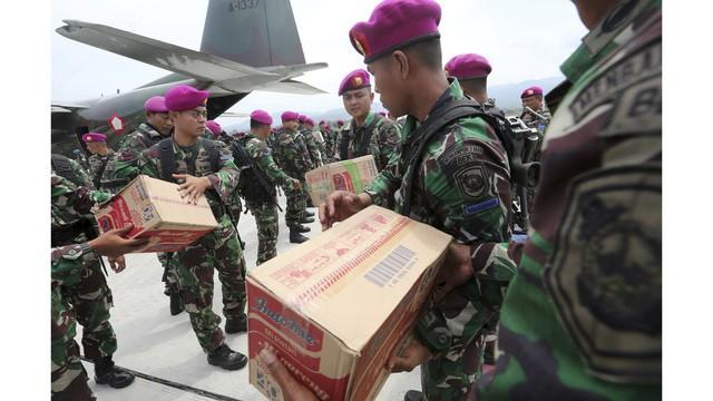 Hàng cứu trợ được dỡ xuống tại sân bay Palu. Ảnh: PA