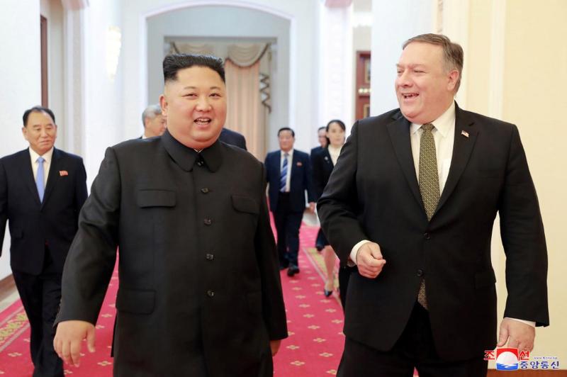 Lãnh đạo Triều Tiên Kim Jong-un (trái) tiếp Ngoại trưởng Mỹ Mike Pompeo (phải) tại Bình Nhưỡng ngày 7-10. Ảnh: KCNA