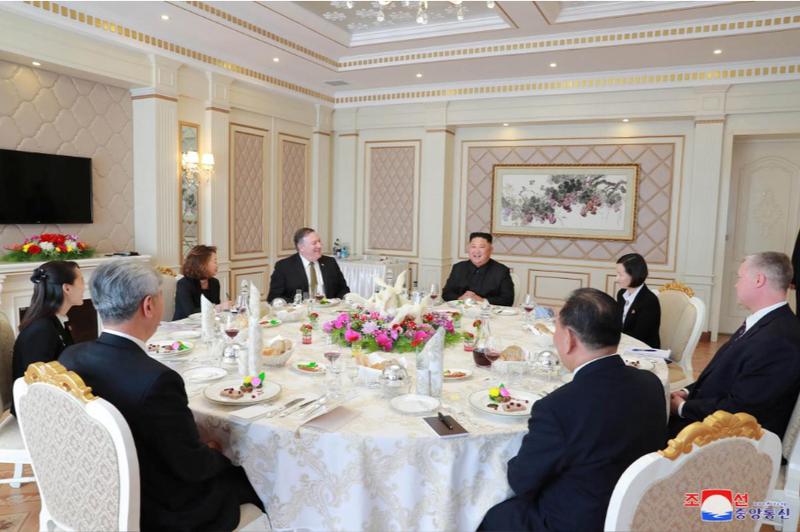 Lãnh đạo Triều Tiên Kim Jong-un (giữa, phải) mời tiệc Ngoại trưởng Mỹ Mike Pompeo (giữa, trái) tại Bình Nhưỡng ngày 7-10. Ảnh: KCNA
