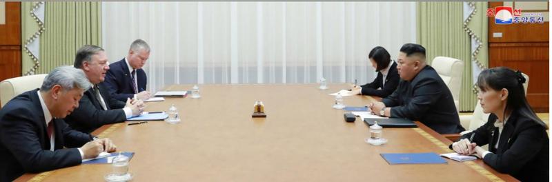 Lãnh đạo Triều Tiên Kim Jong-un (giữa, phải) và phái đoàn Triều Tiên tiếp Ngoại trưởng Mỹ Mike Pompeo (giữa, trái) và phái đoàn Mỹ tại Bình Nhưỡng ngày 7-10. Ảnh: KCNA