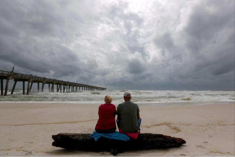 Bãi biển TP Pensacola bang Florida (Mỹ) ngày 9-10, một ngày trước khi bão Michael đổ bộ. Ảnh: REUTERS