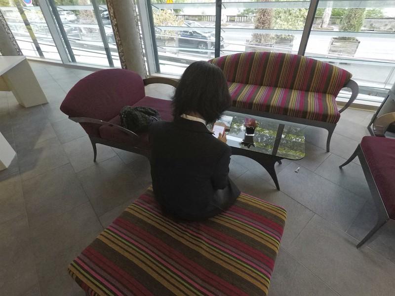 Bà Grace Mạnh, vợ ông Mạnh Hoàng Vĩ , không muốn cho thấy mặt, trong cuộc trả lời phỏng vấn cáo chí ở sảnh một khách sạn ở TP Lyon (Pháp) ngày 7-10. Ảnh: AP