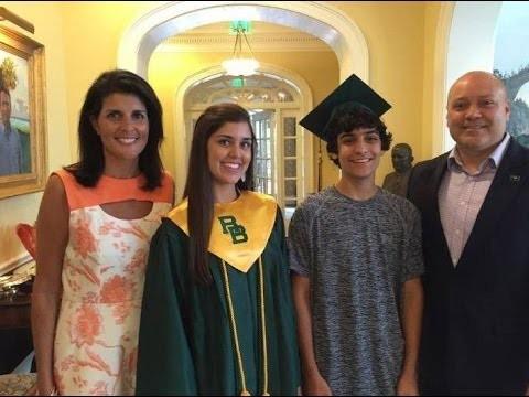 Bà Nikki Haley cùng chồng và các con. Ảnh: YOUTUBE