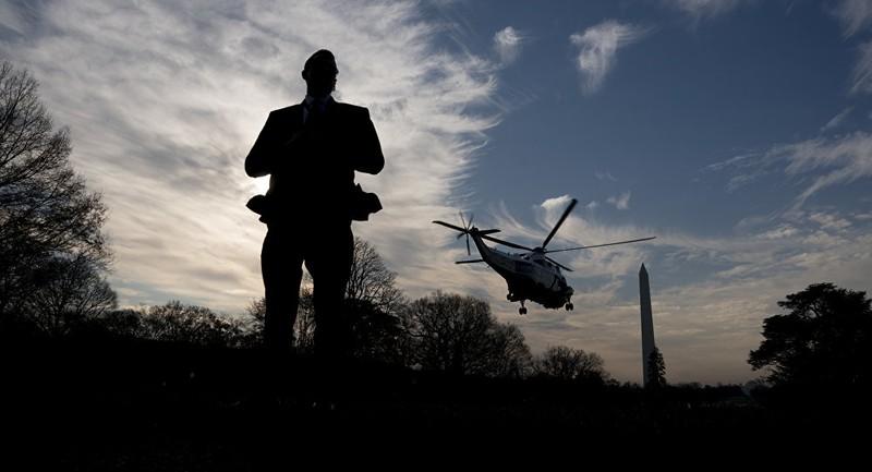 Một mật vụ Mỹ đứng gác trong một lần máy bay Tổng thống Mỹ Donald Trump rời Nhà Trắng đến New York. Ảnh: AP