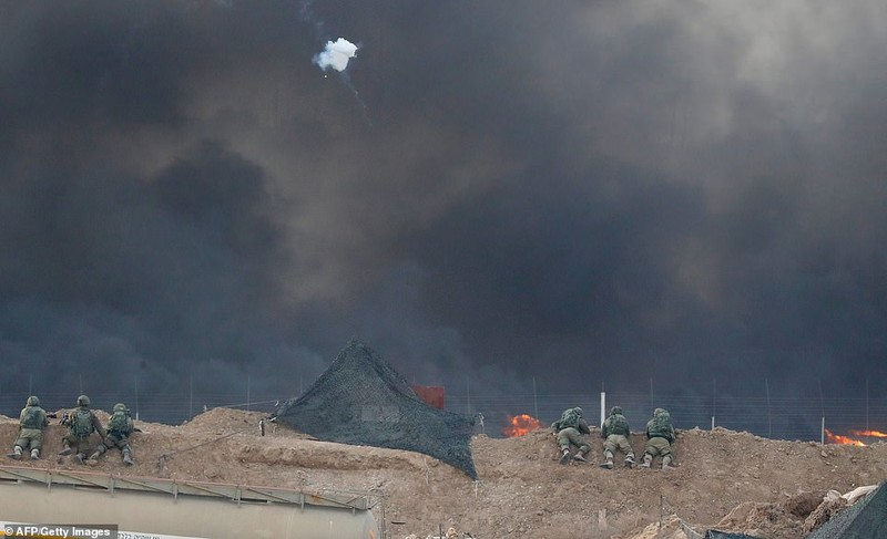 Israel triển khai 60 xe tăng, xe bọc thép đến biên giới Gaza - ảnh 9
