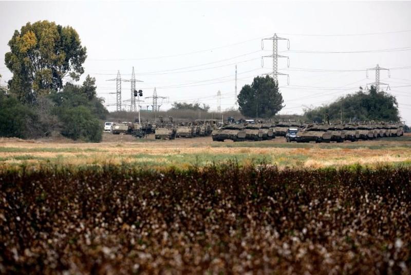 Israel triển khai một lượng lớn xe tăng, xe bọc thép gần biên giới dải Gaza ngày 18-10. Ảnh: REUTERS