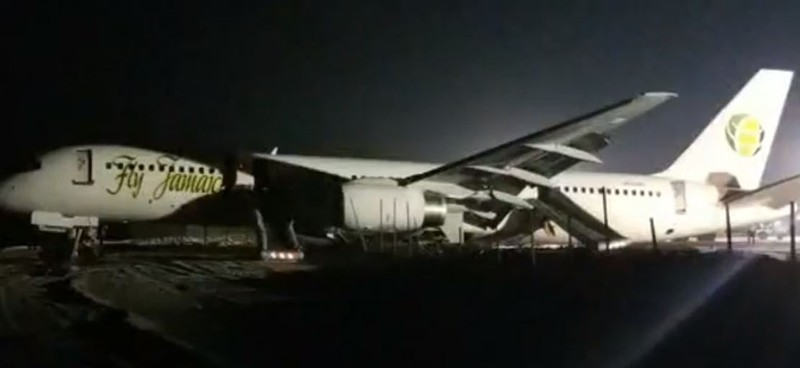 Máy bay chỉ dừng lại khi tông vào một hàng rào cát. Ảnh: TWITTER