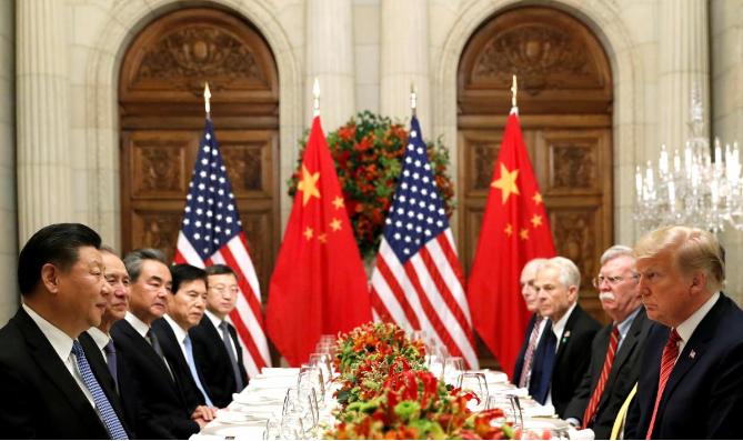 Chủ tịch Tập Cận Bình và phái đoàn Trung Quốc (trái) gặp Tổng thống Donald Trump và phái đoàn Mỹ (phải) bên lề hội nghị G20 ngày 1-12 ở Argentina. Ảnh: REUTERS