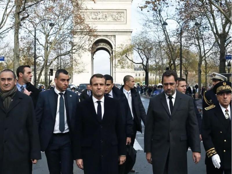 Tổng thống Pháp Emmanuel Macron (thứ ba từ trái sang) thăm Khải Hoàn Môn sau khi nơi này bị người biểu tình sơn vẽ, bị cướp phá nghiêm trọng cuối tuần trước. Ảnh: