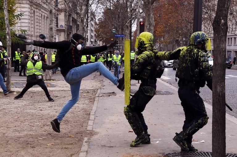 Cảnh sát Pháp vất vả chống đỡ đợt biểu tình cuối tuần trước. Ảnh: AFP
