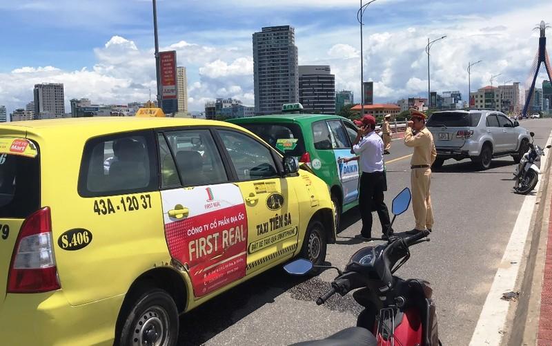 Đà Nẵng: Taxi húc nhau liên hoàn trên cầu Sông Hàn - ảnh 1