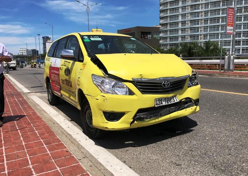 Đà Nẵng: Taxi húc nhau liên hoàn trên cầu Sông Hàn - ảnh 2