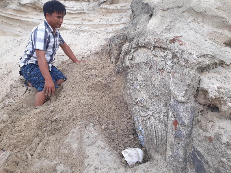 Lộ công trình nghi mộ cổ khi múc cát xây nhà - ảnh 1