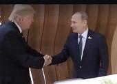 Cái bắt tay niềm nở đầu tiên giữa 2 ông Trump-Putin