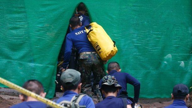 Thái Lan bắt đầu đưa đội bóng mắc kẹt rời hang - ảnh 3