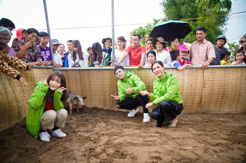 Hậu ra mắt MV mới Gin dắt tay Han Sara về Bến Tre ăn trái cây - ảnh 5