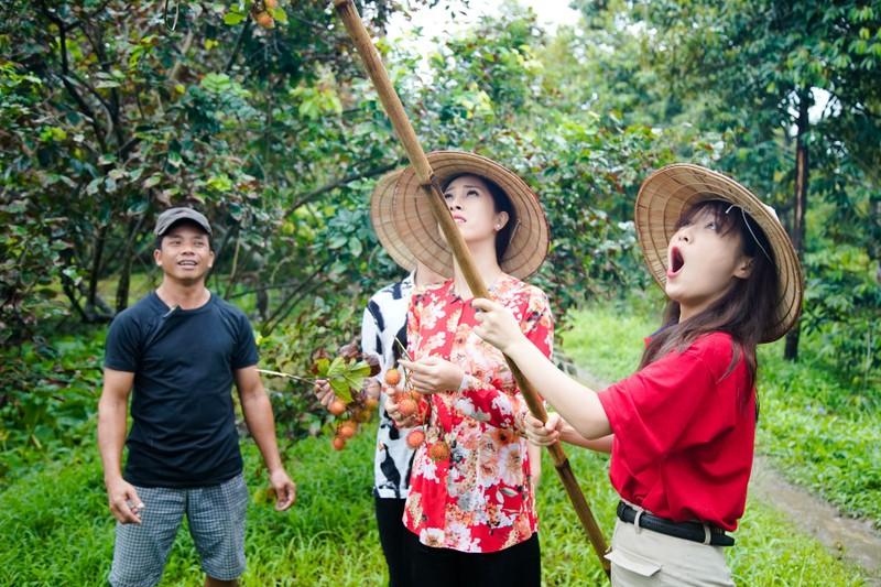 Hậu ra mắt MV mới Gin dắt tay Han Sara về Bến Tre ăn trái cây - ảnh 8