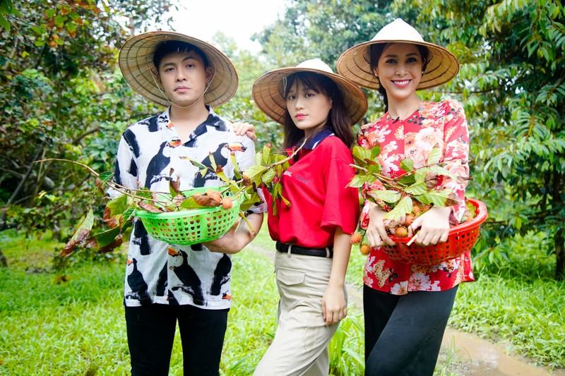 Hậu ra mắt MV mới Gin dắt tay Han Sara về Bến Tre ăn trái cây - ảnh 11
