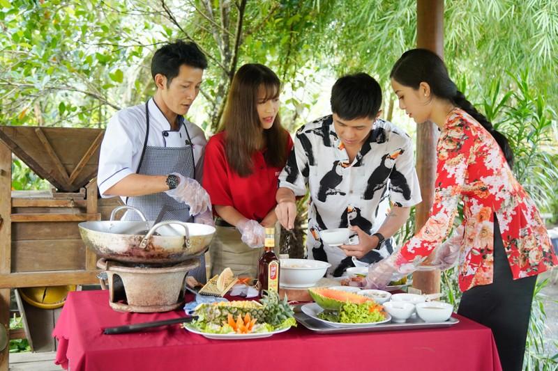 Hậu ra mắt MV mới Gin dắt tay Han Sara về Bến Tre ăn trái cây - ảnh 10