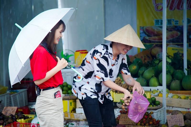 Hậu ra mắt MV mới Gin dắt tay Han Sara về Bến Tre ăn trái cây - ảnh 3