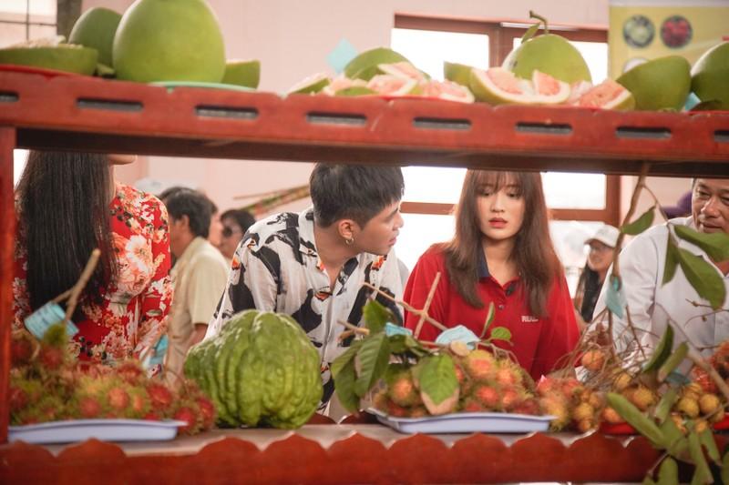 Hậu ra mắt MV mới Gin dắt tay Han Sara về Bến Tre ăn trái cây - ảnh 1