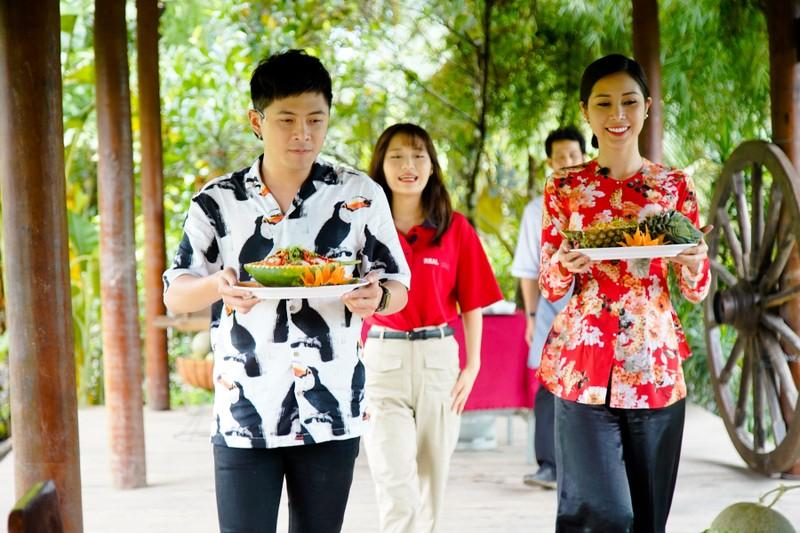 Hậu ra mắt MV mới Gin dắt tay Han Sara về Bến Tre ăn trái cây - ảnh 9