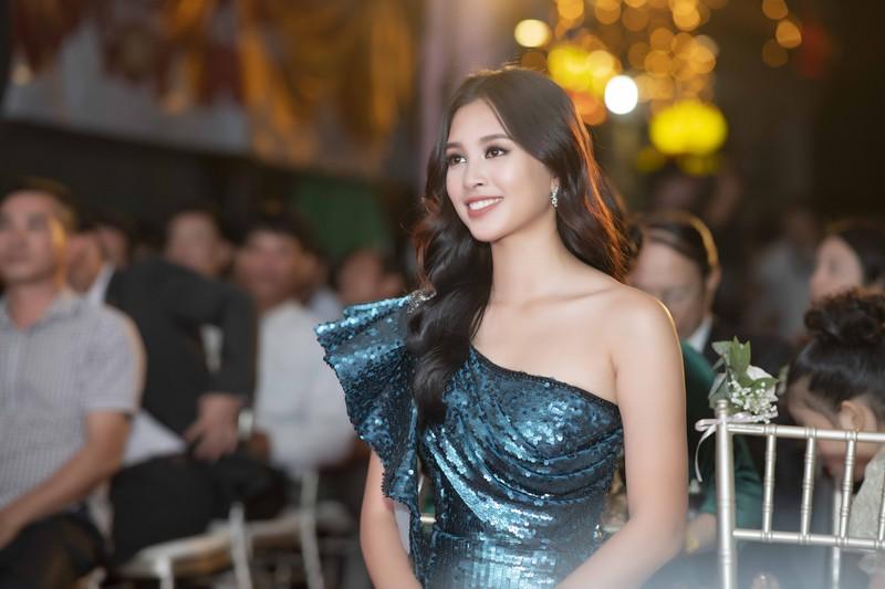 Issac bất ngờ hôn tay Hoa hậu Tiểu Vy tại sự kiện sắc đẹp - ảnh 3