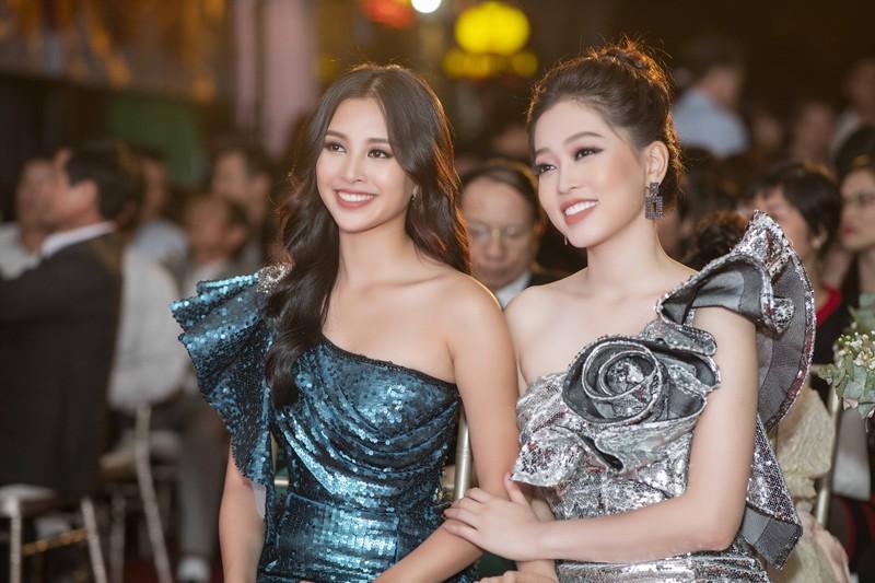 Issac bất ngờ hôn tay Hoa hậu Tiểu Vy tại sự kiện sắc đẹp - ảnh 1