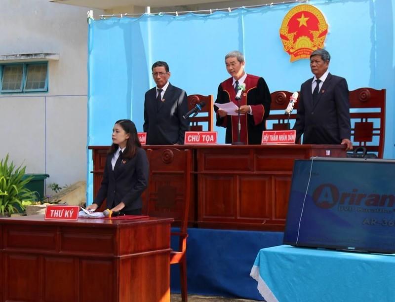 Phạt tù 15 bị cáo chặn QL1, tấn công Đội PCCC Phan Rí - ảnh 1