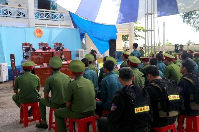 Phạt tù 15 bị cáo chặn QL1, tấn công Đội PCCC Phan Rí - ảnh 3