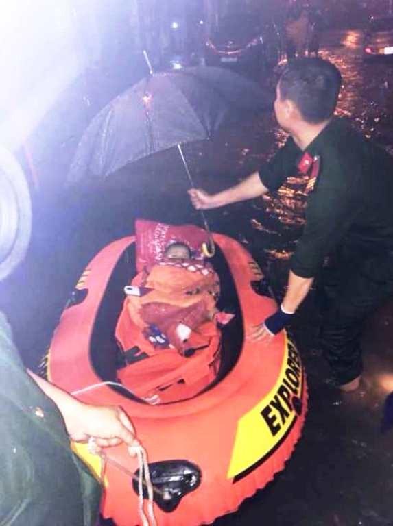 Cảnh sát kịp cứu bà bầu bị kẹt trong căn nhà ngập nước - ảnh 1