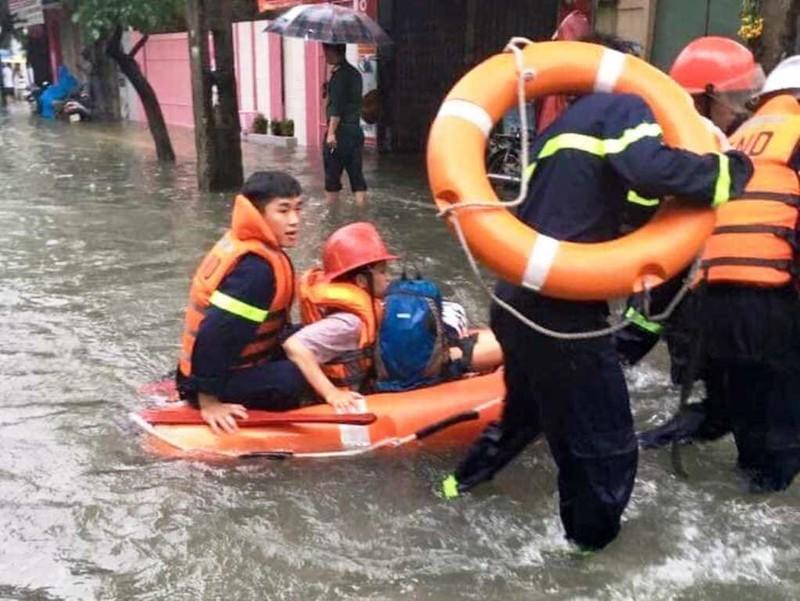 Cảnh sát kịp cứu bà bầu bị kẹt trong căn nhà ngập nước - ảnh 3