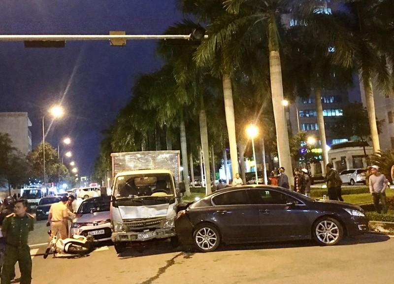 Xe tải lại húc văng nhiều xe đang dừng chờ đèn đỏ ở Đà Nẵng - ảnh 1