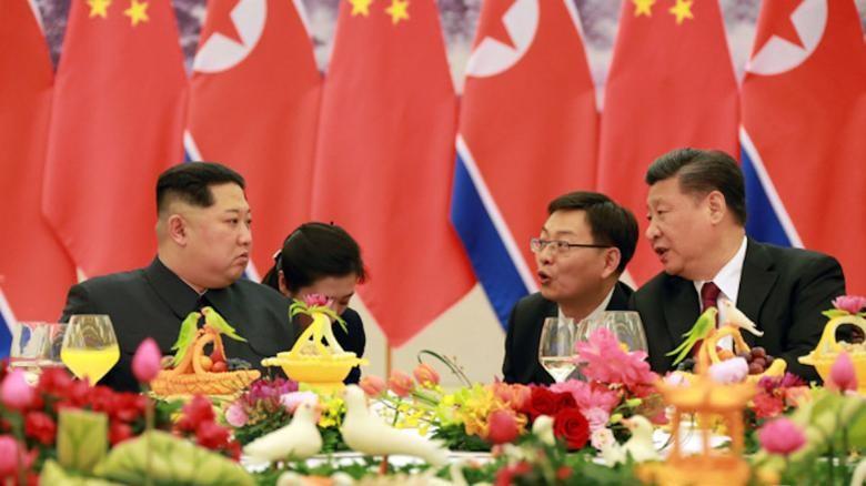 Chủ tịch Trung Quốc Tập Cận Bình (phải) tiếp lãnh đạo Triều Tiên Kim Jong-un (trái) tại Bắc Kinh cuối tháng 3. Ảnh: KCNA