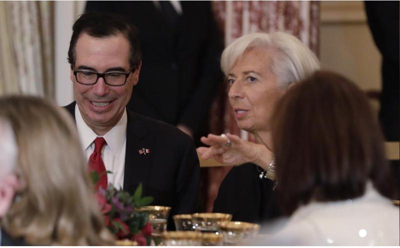 Bộ trưởng Tài chính Mỹ Steven Mnuchin (trái) và Tổng Giám đốc Quỹ Tiền tệ thế giới Christine Lagarde (người Pháp) dự buổi tiệc trưa mừng sự kiện Tổng thống Pháp Emmanuel Marcon thăm Mỹ, tại trụ sở Bộ Ngoại giao ngày 24-4. Ảnh: REUTERS