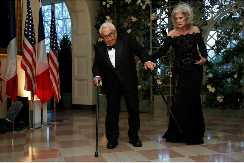 Cựu Ngoại trưởng Mỹ Henry Kissinger và phu nhân Nancy Kissinger đến dự buổi tiệc tối cấp nhà nước đón tiếp Tổng thống Pháp Emmanuel Marcon tại Nhà Trắng ngày 24-4. Ảnh: REUTERS