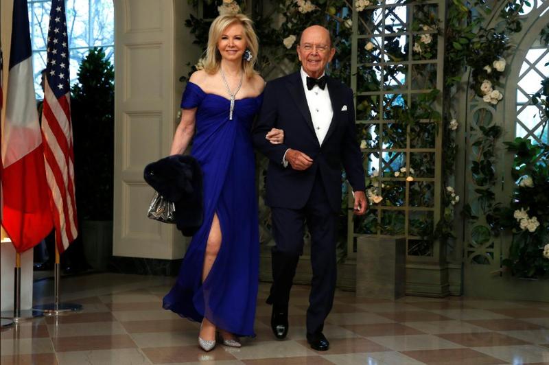 Bộ trưởng Thương mại Mỹ Wilbur Ross và phu nhân Hilary Geary đến dự buổi tiệc tối cấp nhà nước đón tiếp Tổng thống Pháp Emmanuel Marcon tại Nhà Trắng ngày 24-4. Ảnh: REUTERS