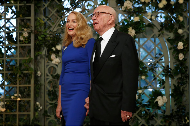 Ông trùm truyền thông Rupert Murdoch và vợ là Jerry Hall đến dự buổi tiệc tối cấp nhà nước đón tiếp Tổng thống Pháp Emmanuel Marcon tại Nhà Trắng ngày 24-4. Ảnh: REUTERS
